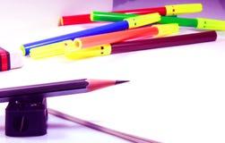 Album da disegno con la matita, la gomma, le penne di schizzo di colore e l'affilatrice Fotografie Stock