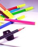 Album da disegno con la matita, la gomma, le penne di schizzo di colore e l'affilatrice Immagine Stock