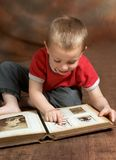 Album della famiglia di ricerca a scansione Fotografia Stock Libera da Diritti
