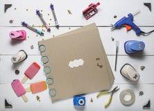 Album di foto in bianco e strumenti scrapbooking Fotografia Stock