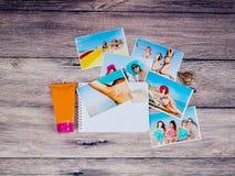 Album fotograficzny dziewczyny w sunblock na drewnianym tle i bikini ciało opieki zdrowia spa nożna kobieta wody Obrazy Stock
