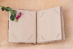 Album fotograficzny i róże Obraz Stock