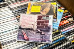 Album Frank 2003 del CD di Amy Winehouse su esposizione da vendere, il cantante inglese famoso ed il cantautore fotografia stock libera da diritti