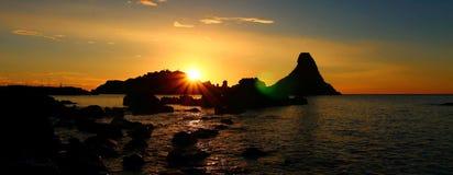 Album med havssikt på buntarna av Acitrezza arkivfoto