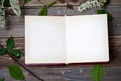 Album mit offenen Seiten und Blütenvogelkirsche Stockbilder