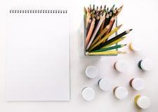 Album per la gouache di disegno e le matite colorate Fotografia Stock