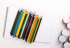 Album per la gouache di disegno e le matite colorate Immagini Stock Libere da Diritti