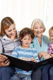 Album photos de observation de famille avec des enfants Photos stock