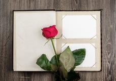 Album photos et roses sur le fond en bois Photo stock