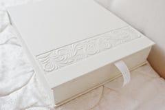 Album photos ou photobook classique blanc avec la conception de décor Photos libres de droits