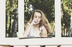 album tecknar flickan arkivfoton
