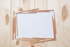 Albumseiten mit Bleistiften für das Zeichnen auf eine Tabelle stockfotografie