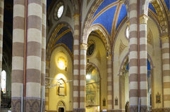 Albumy (Cuneo): katedralny wewnętrzny widok koloru córek wizerunku matka dwa Obraz Stock