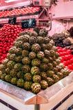 Alcachofa colocada perfectamente en la pirámide en parada del mercado imagen de archivo