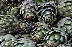 Alcachofa en la exhibición en mercado de la comida Imagen de archivo