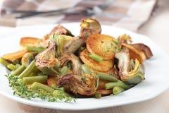 Alcachofa y patata fritas con las habas verdes Imagenes de archivo