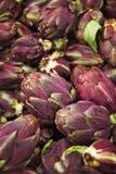 Alcachofas de las verduras en el contador Fotografía de archivo libre de regalías