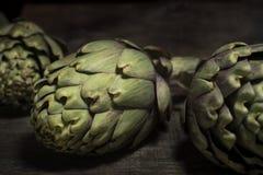 Alcachofas en la madera Imagen de archivo