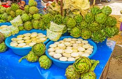 Alcachofas en parada del mercado de Antalya Fotos de archivo