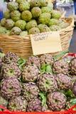 Alcachofas frescas en el dei Fiori, Roma de Campo del mercado foto de archivo libre de regalías