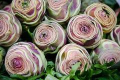Alcachofas frescas en el mercado Fotos de archivo libres de regalías