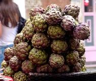 Alcachofas frescas en la calle de Roma imagen de archivo