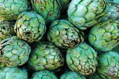 Alcachofas para la venta en una parada del mercado Fotografía de archivo