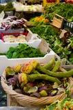 Alcachofas vernales frescas con verdes y verduras en el dei Fiori, Roma de Campo del mercado imagen de archivo