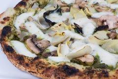 Alcachofas y setas encendidas madera de la pizza Foto de archivo