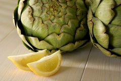 Alcachofra e limão Fotografia de Stock Royalty Free
