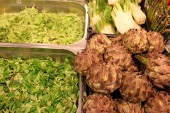 Alcachofra e salada Fotografia de Stock