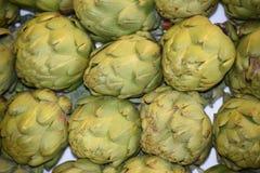 Alcachofra, fresca em um mercado dos fazendeiros Fotografia de Stock Royalty Free