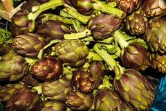 Alcachofra italiana em uma tenda do mercado foto de stock