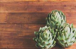 Alcachofra na tabela de madeira Fotografia de Stock Royalty Free