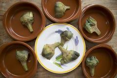 Alcachofras do coração em uma série de pratos da cerâmica Foto de Stock Royalty Free