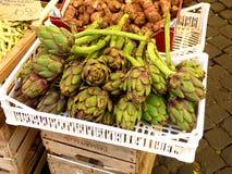 Alcachofras verdes no mercado Roma dos fazendeiros, Itália fotos de stock royalty free