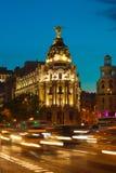Alcala和Gran通过街道在马德里在晚上 免版税库存图片
