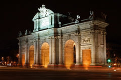Alcala门在马德里在晚上之前 免版税库存图片