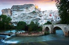 Alcala del Jucar με τη γέφυρα Επαρχία του Albacete στοκ εικόνα με δικαίωμα ελεύθερης χρήσης