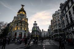 Alcala en Gran via straten bij schemer in Madrid stock afbeeldingen