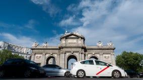 Alcala port i den Madrid Time-schackningsperioden runt om rondell arkivfilmer