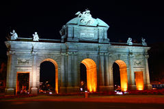 Alcala Puerta i Madrid med nattlampor Arkivfoton