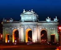 Alcala Puerta in Madrid met nachtlichten Stock Foto