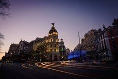 Alcala und Gran über Straßen an der Dämmerung in Madrid Stockfotografie