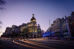 Alcala und Gran über Straßen an der Dämmerung in Madrid Stockbild