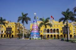 Alcalde de la plaza (antes, Plaza de Armas) en Lima, Perú con Cristo Foto de archivo