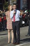 Alcalde Eric Garcetti y esposa, marcha en 115o Dragon Parade de oro, Año Nuevo chino, Los Ángeles, Cali de Los Ángeles de Jacque  Imagen de archivo