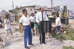 Alcalde Tom Bradley que supervisa esfuerzos urbanos de la limpieza el Día de la Tierra Foto de archivo