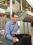 Alcançar no negócio no aeroporto imagens de stock
