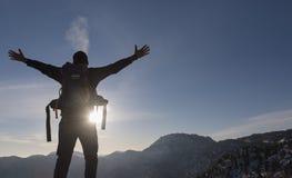alcance com sucesso a cimeira da montanha fotos de stock